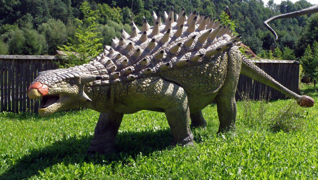 фигура анкилозавра в парке развлечений